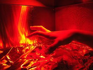 Poner las manos en el fuego